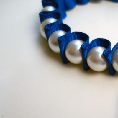 βραχιόλι με μπλε λευκά και κρυσταλικά μαργαριτάρια