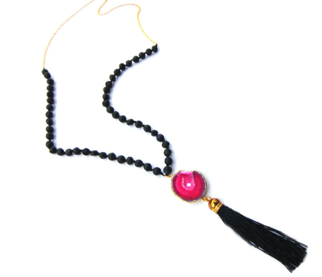 Long necklace with round pink agate
