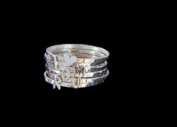 Πολλά δαχτυλίδια μαζί