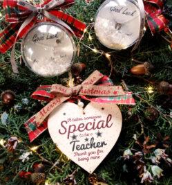 χριστουγεννιατικη μπαλα κολιε γουρι πεταλο
